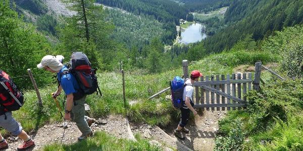 Im Aufstieg zu den Dösner Hütten, unten die Konradlacke