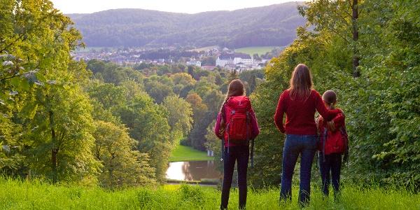 Wanderer blicken auf den Gräflichen Park