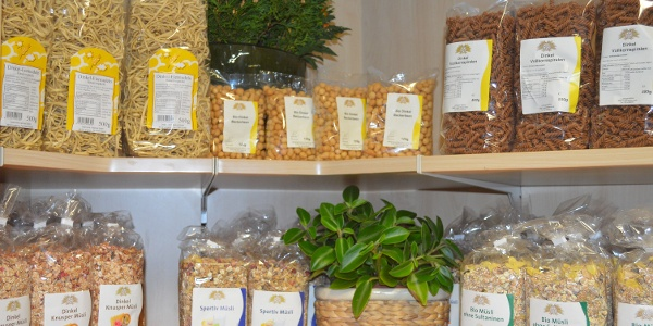Getreidesortiment im Hofladen