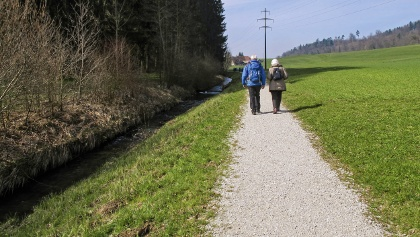 Gemütlich am Fluss Biberen entlang.