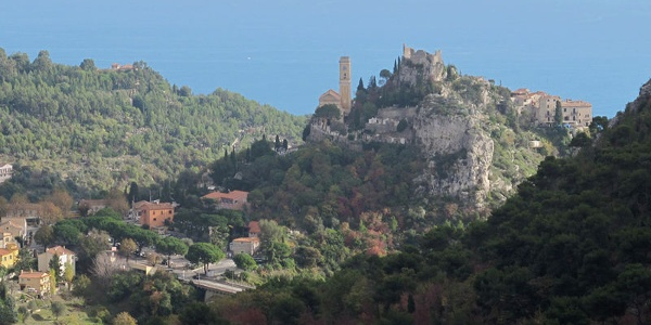 Èze, perched on a mountaintop near the coastline