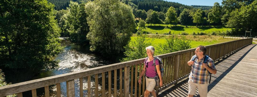Wanderer auf der Rurbrücke