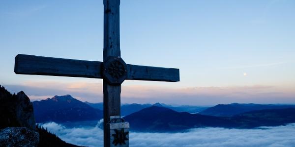 Gipfelkreuz Adlerspitze bei Morgendämmerung