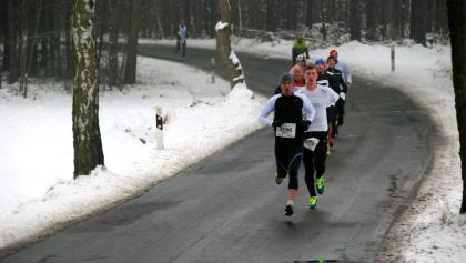 Lokalmatador Markus Thomschke führt das Feld an: Impression vom Silvesterlauf 2014