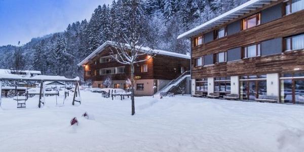 hotelansicht-jufa-hotel-montafon-spielwiese-winter