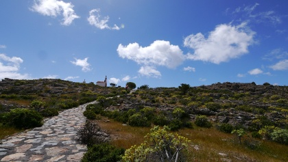 Mit Steinen gepflasterter Weg hinauf zur Ermita San Isidro