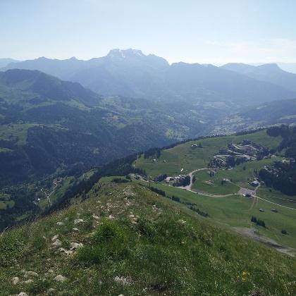 Wanderpfad mit Blick in das Tal