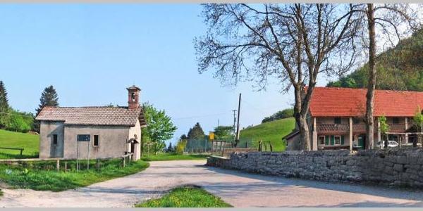 Il Passo di Praderadego con l'antica chiesetta di San Fermo e Rustico