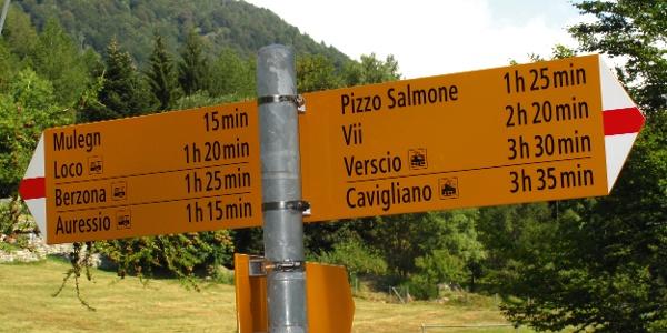 Wegweiser am Passo della Garina.