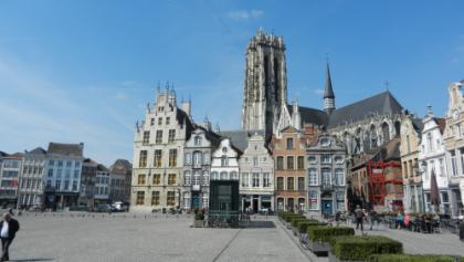 Mechelen: Grote Markt en Sint-Romboutstoren.