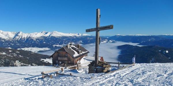 Gipfel des Großeck (2.072 m) mit Speiereckhütte (2.066 m) im Hintergrund