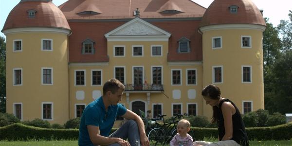 Familie vor Schloss Milkel