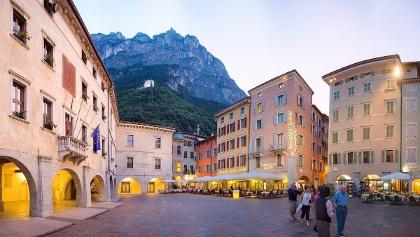 Piazza III Novembre (links Palazzo Pretorio), oben der Bastione