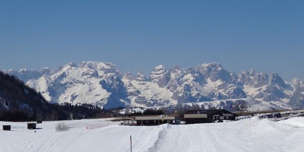 il Centro Fondo con le Dolomiti di Brenta sullo sfondo