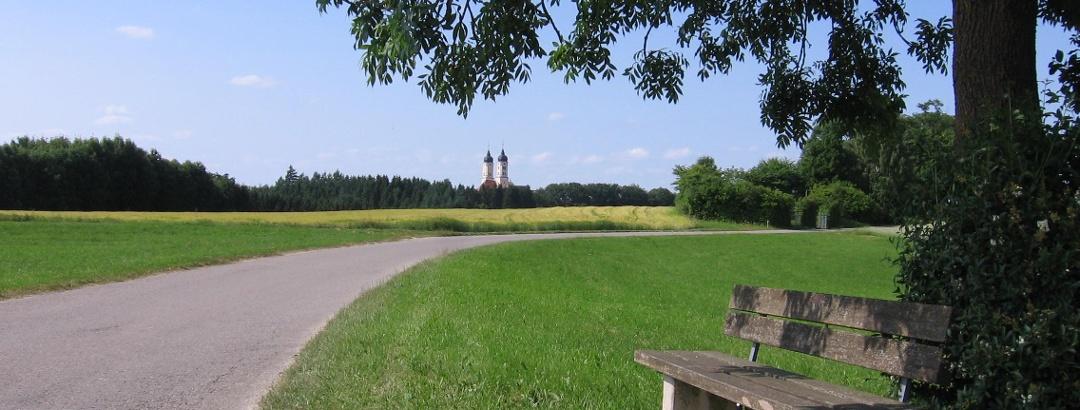 Bild 1 Das Wahrzeichen des Roggenburger-Landes: die Zwillingstürme der  Klosterkirche Roggenburg