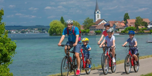 Eine Familie auf der Mostindien-Tour zwischen Berlingen und Steckborn.