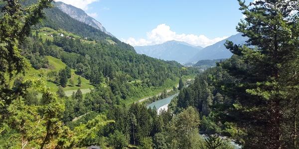 Ausblick auf den Rhein und den Wanderweg