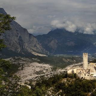 Die Burg von Drena (Im Hintergrund die Marocche)