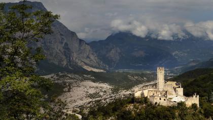 Il Castello di Drena, sullo sfondo le Marocche
