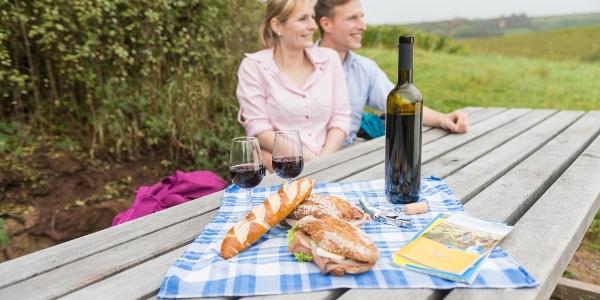 Picknick am Tisch des Weins