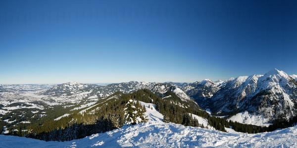 Panoramasicht vom Gipfel über das Retterschwanger Tal