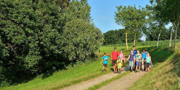 Eine Familie auf dem Fabelweg.