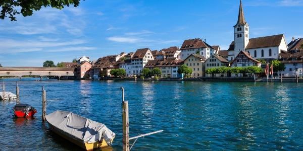 Die mittelalterliche Holzbrücke (im Hintergrund) ist ein Wahrzeichen von Diessenhofen.