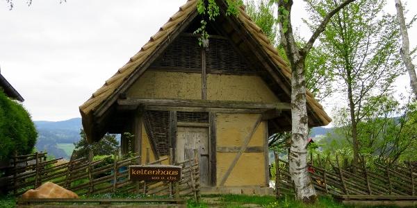 Restauriertes Keltenhaus am Dietenberg