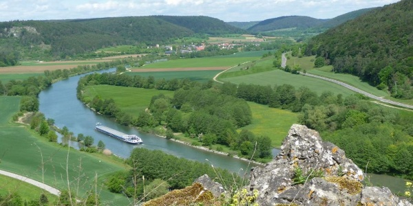 Blick ins Altmühltal vom Kreuzfelsen Obereggersberg bei Riedenburg