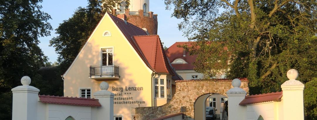 Burg Lenzen in der Nachmittagssonne