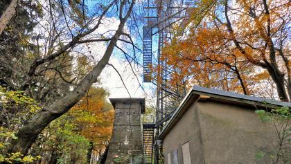 Gustav Jäger-Warte am Troppberg, rechts daneben der neue Funkturm mit Aussichtsplattform (Troppbergwarte)