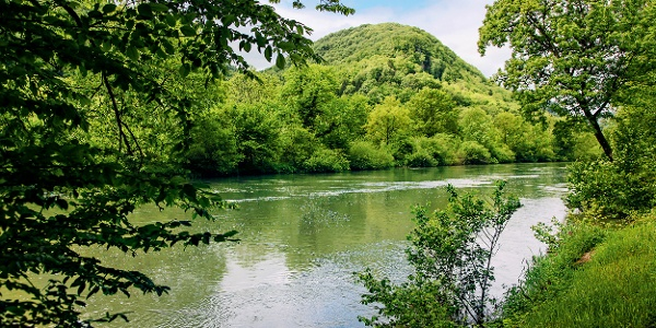 Doubs-Landschaft beim französischen Dorf Vaufrey.