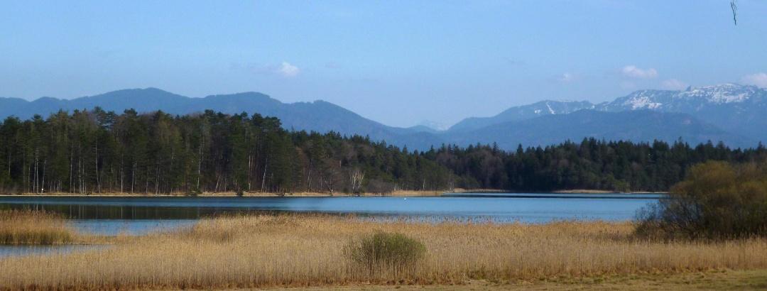 Wunderschöner Blick über den Breitenauer See auf die Alpenkette.