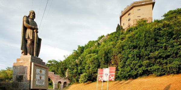 IV. Béla király szobra és a Salamon-torony Visegrádon