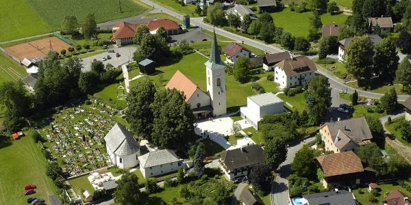 das Ortszentrum des Toleranzdorfes Fresach - Luftaufnahme - Südostansicht