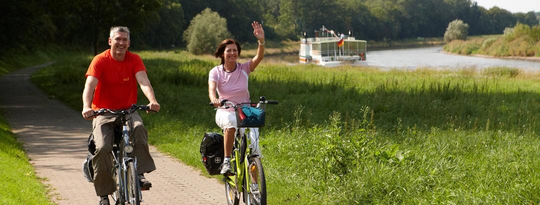 Radfahrer auf dem Weser-Radweg