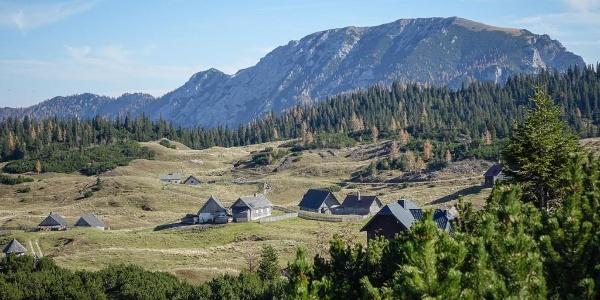 Macht ihrem Namen (oft) alle Ehre: die Sonnschienalm mit ihren Hütten vor dem Höhenzug der Meßnerin