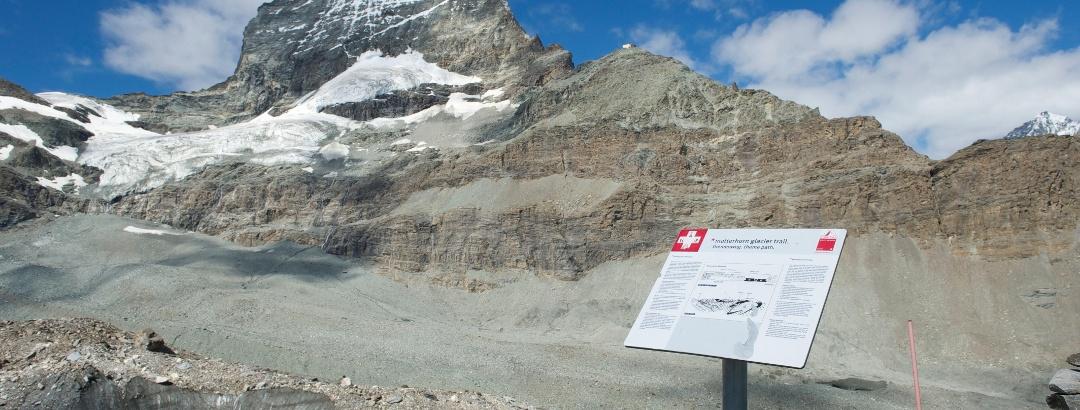 Infotafel mit einem geologischen Überblick auf dem Matterhorn Glacier Trail