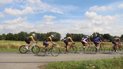 Rennradfahrer in der Urlaubsregion Altes Land am Elbstrom