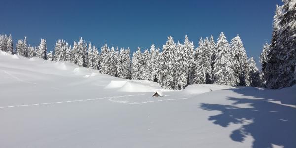 Rotsohl-Marterl tief verschneit mit den angewehten Schneehügeln