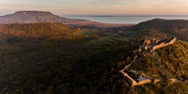 A szigligeti vár madártávlatból, a háttérben a Badacsony, a Balaton túlpartján a Fonyódi-hegy