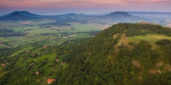 A Csobánc légifotón kissé távolabbról. A hegytetőn szépen látszik a várrom
