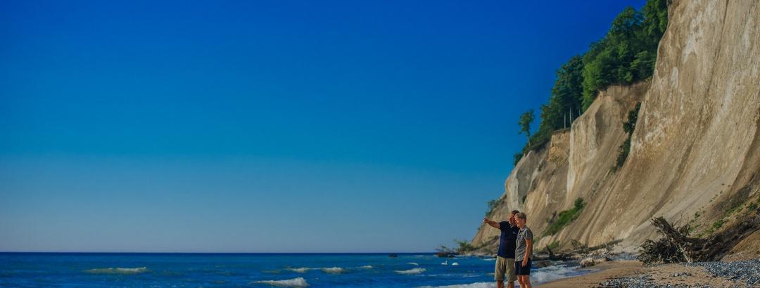 Wanderer an der traumhaften Kreideküste im Nationalpark Jasmund
