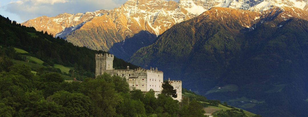 Die im 13. Jahrhundert errichtete Churburg oberhalb von Schluderns zählt zu den am besten erhaltenen Burgen Südtirols - Im Hintergrund die 3.000er der Ortler-Gruppe