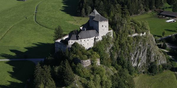 Schloss Reifenstein mit seinen imposanten Wehrmauern gilt, da nie eingenommen oder zerstört, als eine der am besten erhaltenen Burgen Südtirols und kann im Rahmen von Führungen besichtigt werden