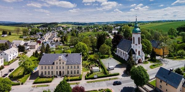 Blick auf die Grundschule und die Heilandskirche Lauterbach