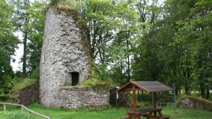Ansicht Ruine Königsburg mit Rastmöglichkeit