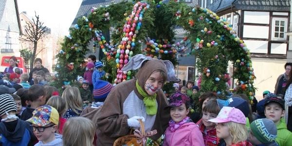 Aufsetzen der Osterkrone am Marktbrunnen Zwönitz
