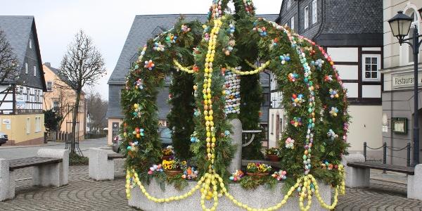 Marktbrunnen Zwönitz mit Osterkrone