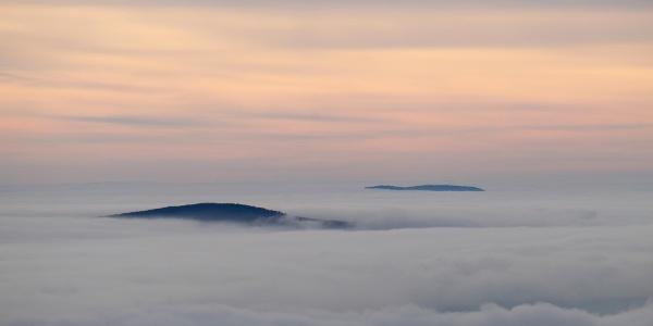 Nicht viele Berge sind über den Wolken am Kinizsi Pál-Aussichtsturm zu sehen